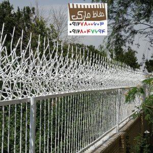 نرده حفاظ روی دیوار حیاط