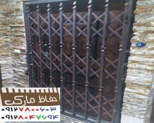 محافظ پشت دری آپارتمان