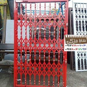نرده آهنی پشت در