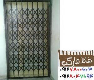 محافظ آهنی پشت در